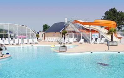la piscine couverte et les toboggans dans la somme